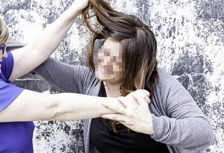 Разярена майка, която шамаросала учителката на сина си и бащата