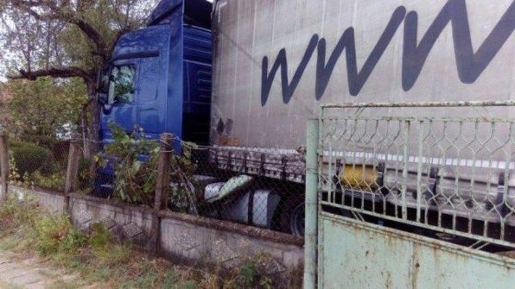 Пастир открадна камион да се повози и го заби в къща в Мездренско