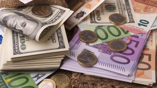 Доларът удържа в началото на валутната търговия в сряда двуседмичния