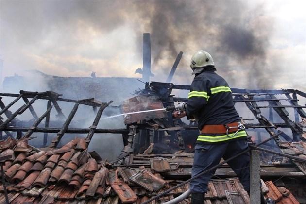 Пожар изпепели покрив и бали в частен имот във Врачанско,