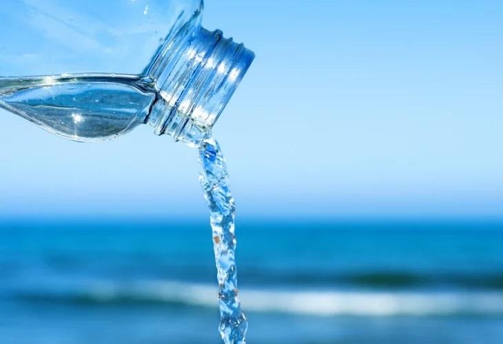 """Микропластмасата в питейната вода представлява """"нисък риск"""" за здравето. Това"""