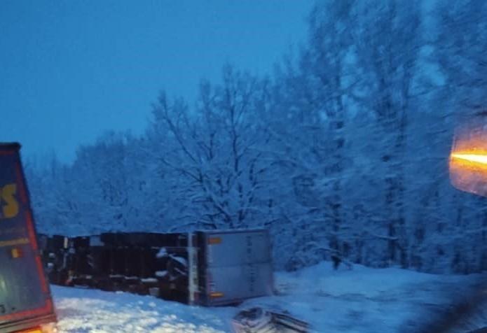 Обърнат ТИР затруднява движението по главен път Е-79 между Видин