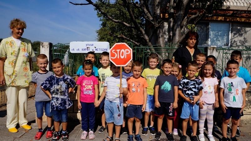 "В Детска градина ""Мир"" в Мездра се проведе Ден на безопасността на движението /снимки/"