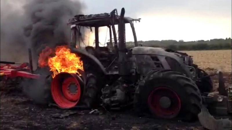 Снимка: Трактор изгоря през нощта във Врачанско