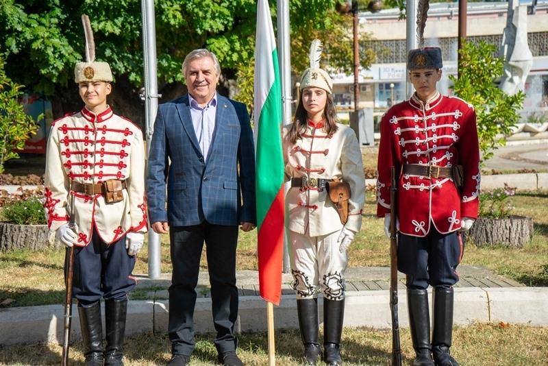 С тържествен ритуал и празнична програма на градския площад Мездра
