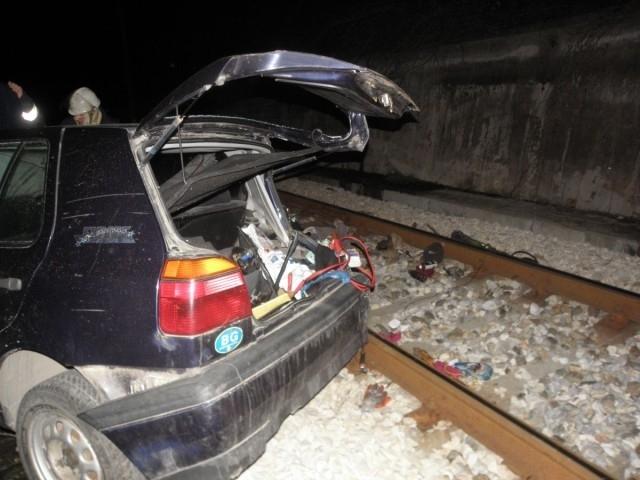 Младеж премина с колата си през железопътните релси и помете