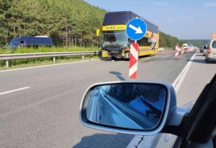 """""""Автобус е катастрофирал на АМ Тракия тази сутрин, съобщава trafficnews.bg."""
