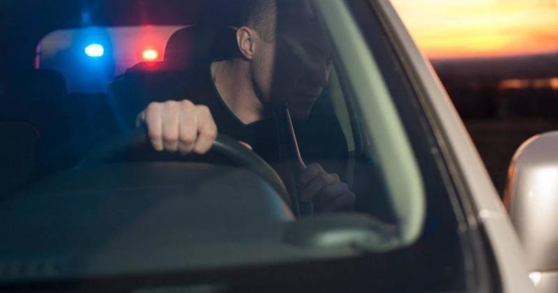Служители на реда са закопчали пиян шофьор седнал зад волана
