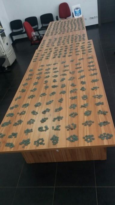 Голямо количество старинни монети задържаха митнически служители при проверка на