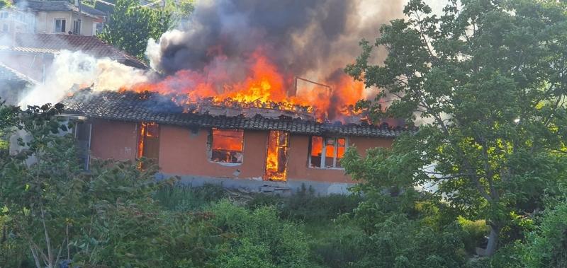 Пожар вилня в 2 сгради в Бяла Слатина, изпепели покривите