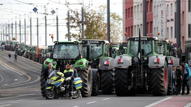 Вчера над 4 хиляди трактора блокираха движението в центъра на