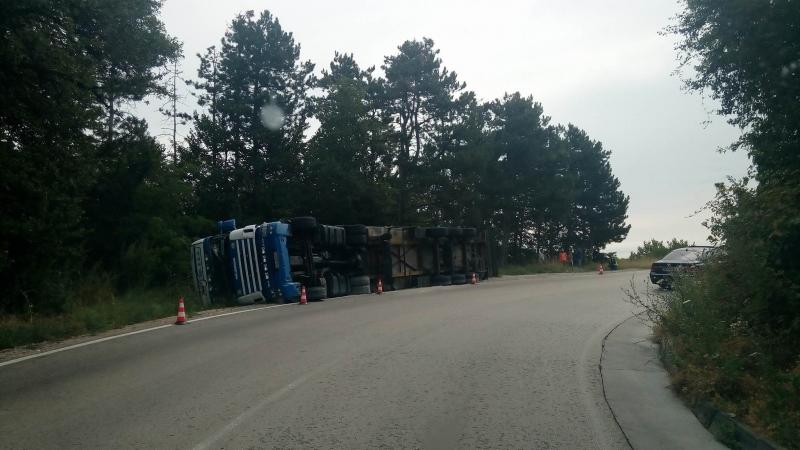 Внимание, шофьори! Ограничиха движението по Е-79 заради обърнатия камион
