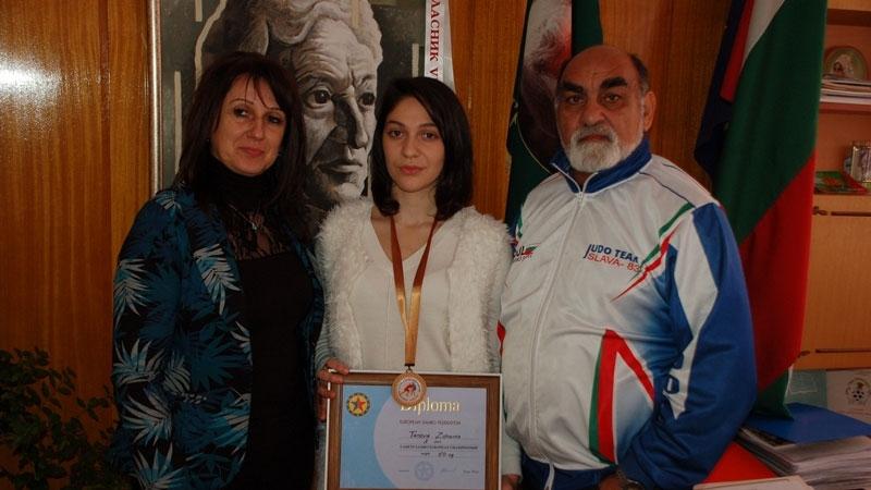 Бронзовата медалистка от Европейското по самбо получи поздравление от училището си