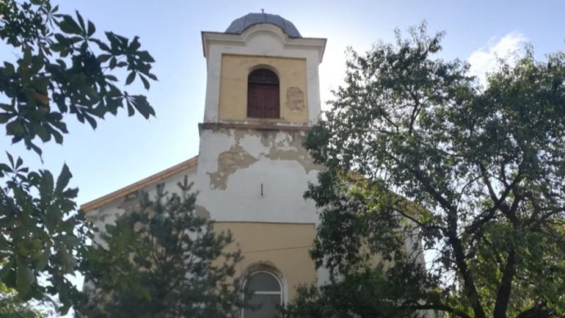 """Завърши ремонтът на покрива на църквата """"Свети Теодор Тирон"""" във"""
