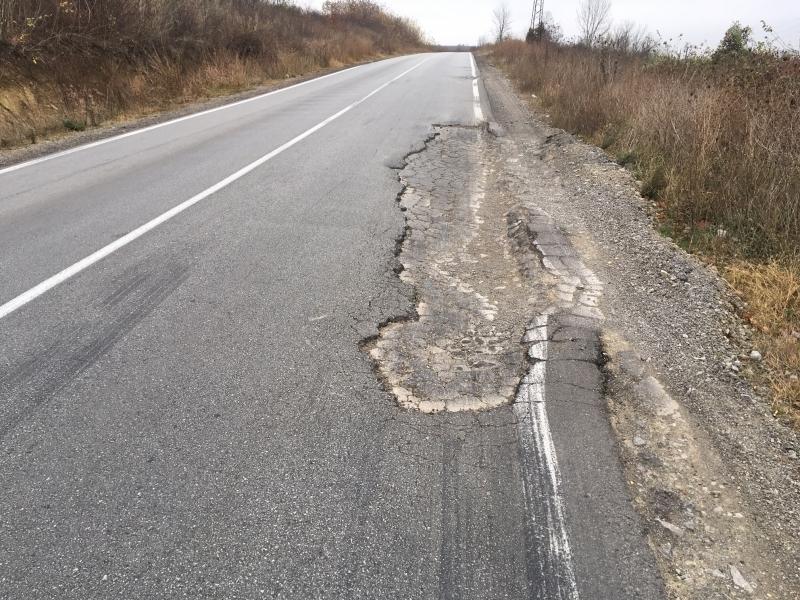 """Шофьорите псуват! Тировете """"изядоха"""" новия път до Криводол, а шефът на АПИ във Враца нехае /снимки/"""