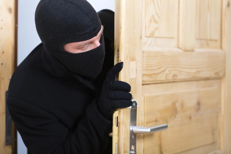 Снимка: Неизвестен апаш разби и обра апартамент във Врачанско