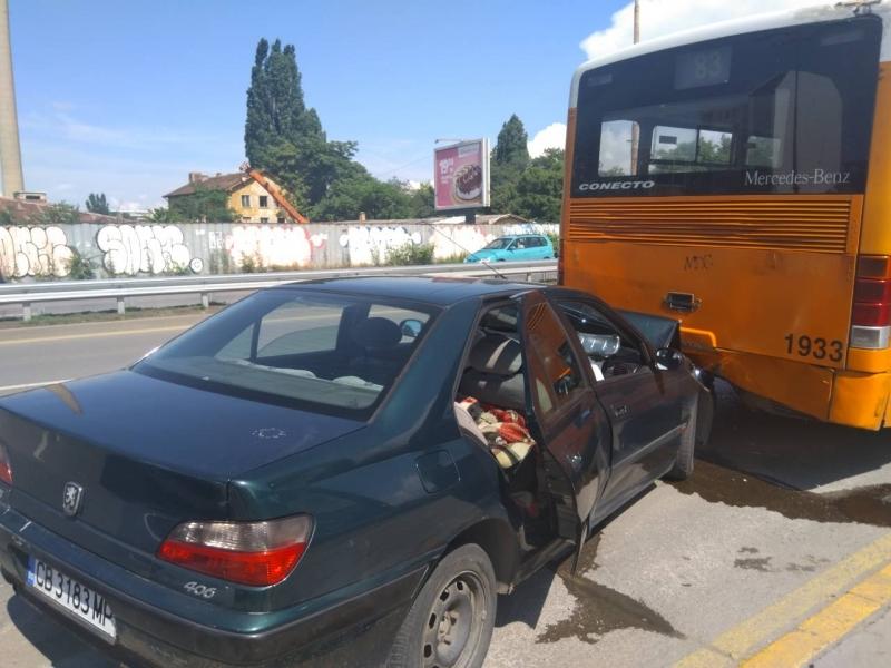 Катастрофа между лек автомобил и автобус в София на булевард