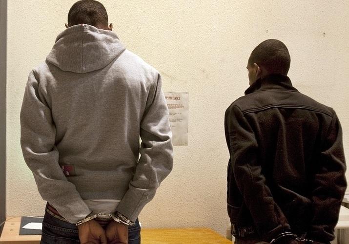 Щракнаха белезниците на двама мъже заради намерен контрабанден тютюн в