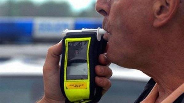Пиян мъж бе заловен да върти волана на колата си
