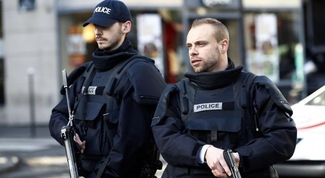 Парижки полицаи са убили мъж, заплашил с нож техен колега,