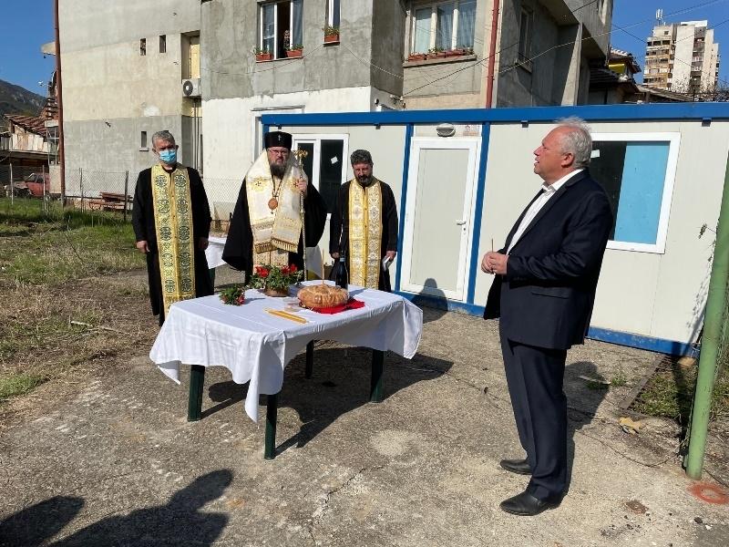 С водосвет, отслужен от Врачанския митрополит Григорий, бе дадено начало