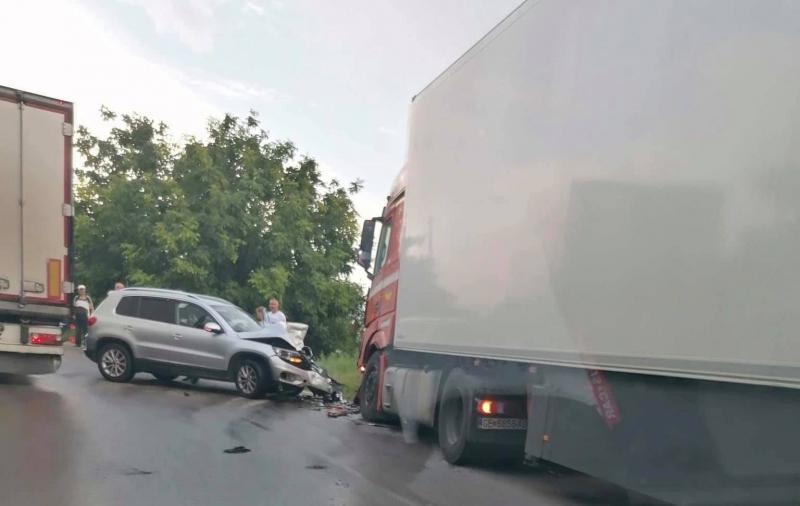 Тежка катастрофа между лек автомобил и ТИР е блокирала за