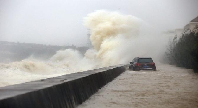 Най-малко 65 са вече жертвите на тайфуна Мангхутвъв Филипините, съобщи