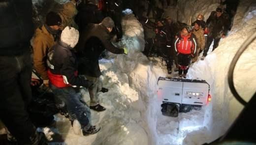 Поне петима души са загинали при лавина в източнотурския окръг