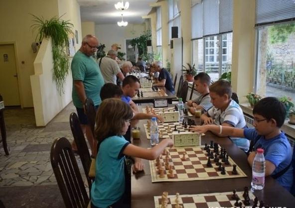 Общо 18 участника се включиха в надпреварата по шах в