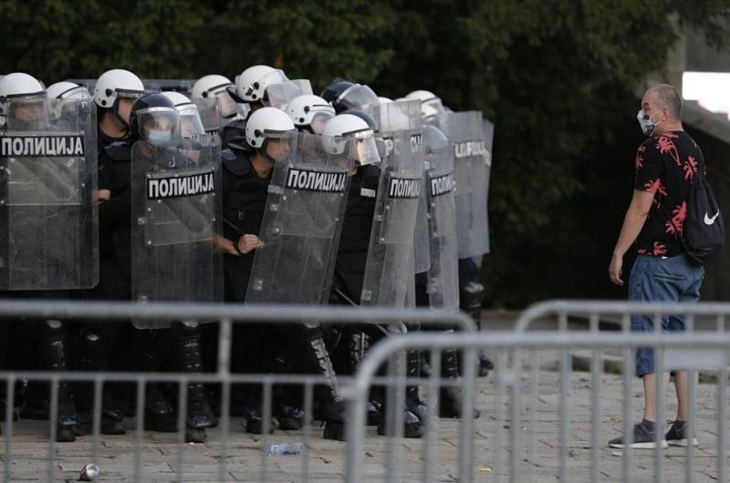 Протестиращи хвърляха яйца и домати по сградата на сръбския парламент.
