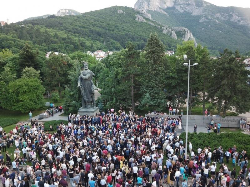 Традиционното пъстро шествие от абитуриенти на профилираната природо-математическа гимназия премина