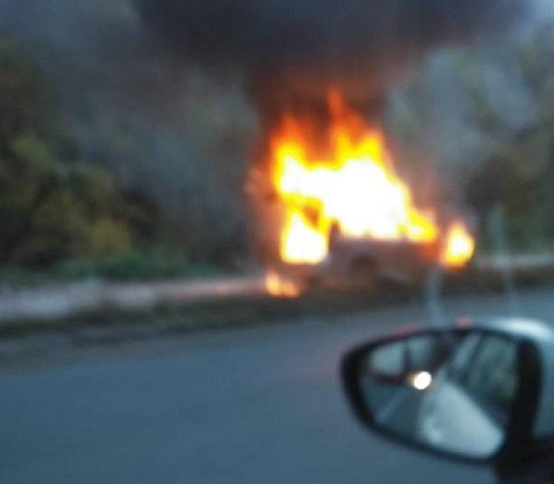 Кола се запали по време на движение на Е-79 между Мездра и Ботевград, вижте какво направи шофьорът /снимки/