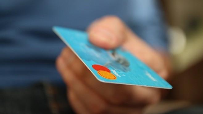 Средната такса за теглене на пари от банкомат с карта,