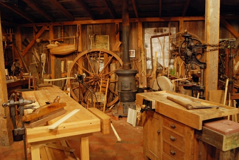 Сложиха на тезгяха голяма къща с дърводелска работилница в Монтанско