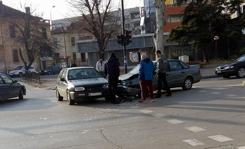 Двама младежи се натресоха на кръстовище във Враца, единият лежи в болница