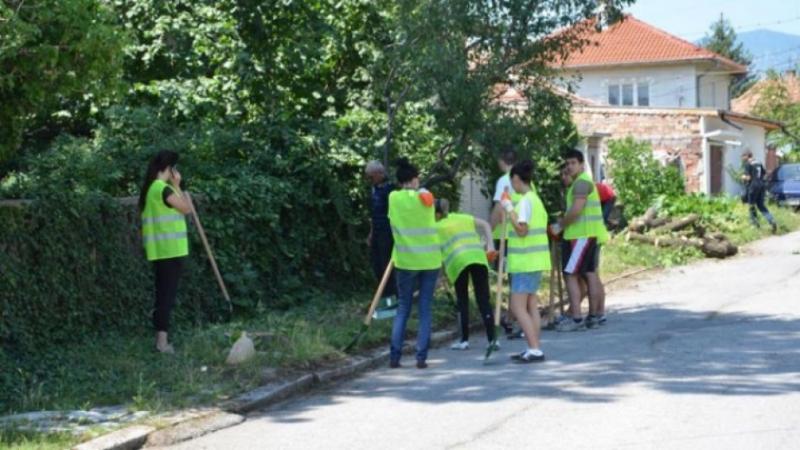 Студенти за работа по благоустрояване на общински обекти в Мездра