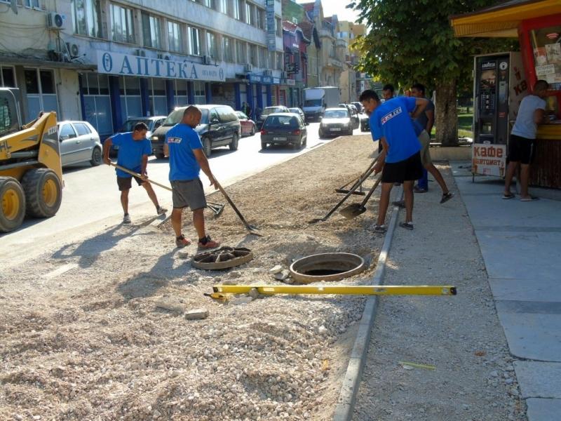Започнаха ремонтните дейности на двата тротоара в отсечката от ул.