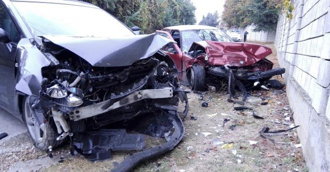 """Два автомобила """"БМВ"""" и """"Тойота"""" се удариха почти челно по"""