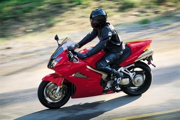 Спрели са неправоспособен водач на мотоциклет без регистрационен номер във