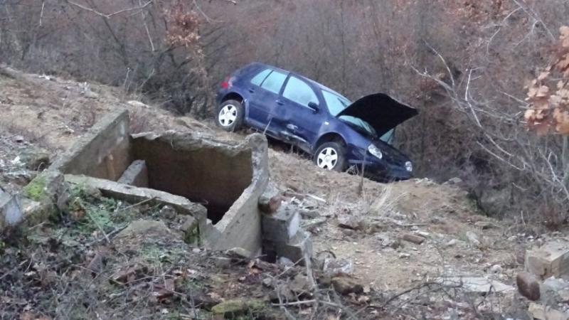 """Кола падна в дере на прохода """"Петрохан"""", съобщиха от полицията"""