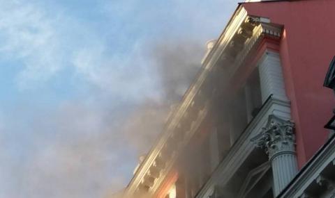 Клон на банка пламна в центъра на Пловдив. Кълбета дим