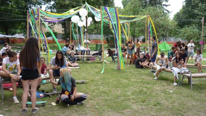 """Двама """"професионалнипътешественици"""" посетиха лагера на участниците в младежкия фестивал на"""