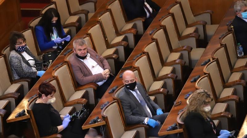 Служители на столичната Регионална здравна инспекция (РЗИ) влязоха в парламента,