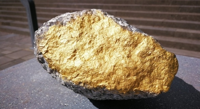 Австралиец изрови 1,4-килограмова буца злато с детектор за метал, докато
