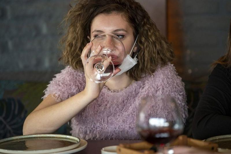 """Лекари съветват да не """"дезинфекцираме"""" тялото си с алкохол по"""