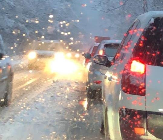 Напълно е блокиран трафикът по международния път Е-79 между Мездра