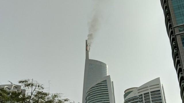 Пожар избухна в небостъргач в Дубай, от чийто покрив се
