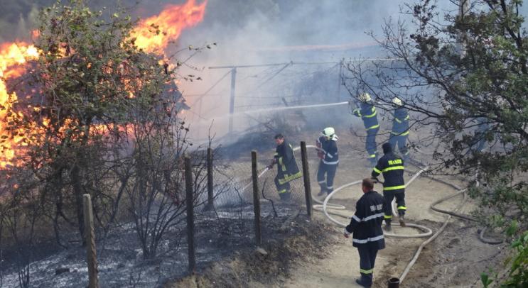 """Плевня е пламнала вчера по обяд в ромския квартал """"Кошарник"""""""