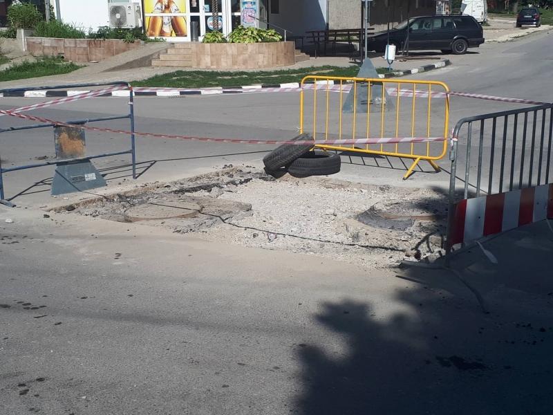 Снимка: Какво става в Оряхово? Пропадна нов участък от прясно ремонтирана улица, кметът обикаля по света /снимки/