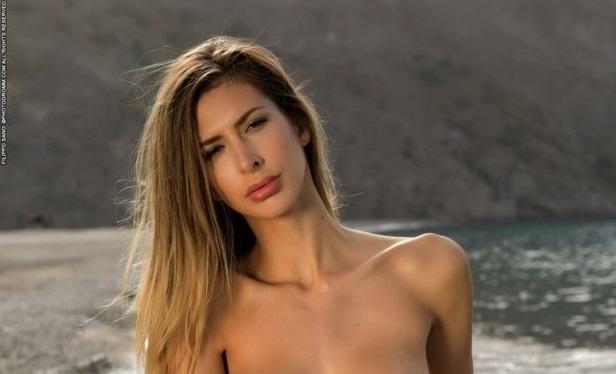 Клаудия започва деня от плажа, очевидно посреща и изгрева. Нека